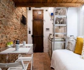 Cozy central Dante studio with AC near Santa Croce & Dome