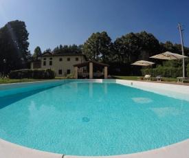 Tipico Casale toscano colline tra Lucca e Versilia, 6 appartamenti indipendenti