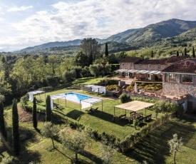 Casale rinnovato immerso nella campagna con splendida piscina e jacuzzi
